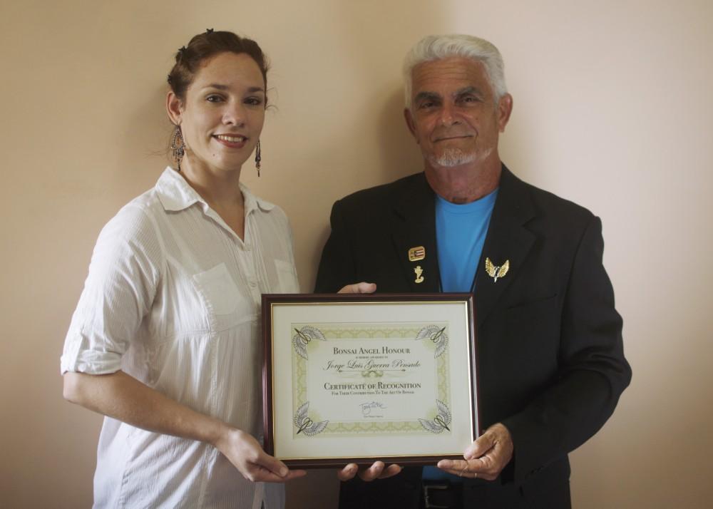 Entrega del certificado de BonsaiAngel a Jorge Guerra.jpg
